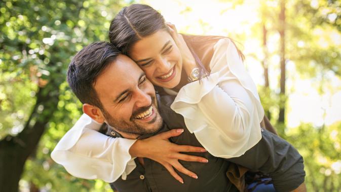 Sulit Ditebak, Ini 5 Zodiak yang Suka Main Kode-kode dengan Pasangan