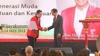 Presiden Jokowi berjabat tangan dengan Ketua umum baru PKPI, Diaz Hendropriyono saat menutup kongres luar biasa PKPI di Jakarta, Senin (14/5). Diaz terpilih secara aklamasi sebagai Ketua Umum PKPI menggantikan AM Hendropriyono. (Liputan6.com/Angga Yuniar)