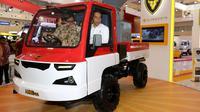 Presiden Joko Widodo dan Menteri Perindustrian, Airlangga Hartarto mencoba Alat Mekanis Multiguna Perdesaan atau AMMDes pada pembukaan pameran mobil GIIAS 2018 di ICE BSD, Tangerang Selatan, Kamis (2/8). (Liputan6.com/Fery Pradolo)