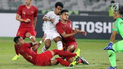 Tiga pemain Timnas Indonesia berusaha menahan pemain Timor Leste pada laga penyisihan grup B Piala AFF 2018 di Stadion GBK, Jakarta, Selasa (13/11). Babak pertama berakhir imbang 0-0.(Www.sulawesita.com)
