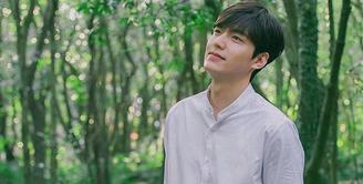 Lee Min Ho terkenal sebagai seorang aktor tampan yang sudah membintangi beberapa judul film. Namun siapa sangka jika pria yang sedang menjalani wajib militer ini juga pernah merasa gugup saat berakting. (Instagram/leeminho__87)