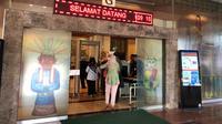 Sejumlah PNS Balai Kota DKI Jakarta terburu-buru masuk kantor usai mengantar anak pada hari pertama sekolah. (Liputan6.com/Delvira Hutabarat)