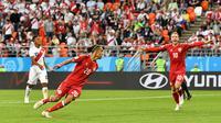 Pemain Timnas Denmark, Yurary Poulsen, merayakan gol yang diciptakannya bersama rekan setimnya, Christian Eriksen, di pertandingan Grup C Piala Dunia 2018 di Mordovia Arena, Saransk, Sabtu (16/6/2018). (AP Photo/Martin Meissner)