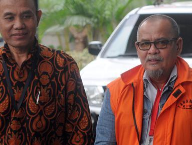 Mantan Kepala Dinas Pekerjaan Umum Kabupaten Bengkalis dan Sekretaris Daerah Kota Dumai nonaktif Muhammad Nasir didampinggi petugas turun dari mobil tahanan akan menjalani pemeriksaan di Gedung KPK, Jakarta, Rabu (13/3). (merdeka.com/Dwi Narwoko)