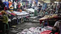 Jemaah menunggu pelaksanaa salat Jumat di Pasar Tanah Abang, Jakarta, Jumat (10/5/2019). Area masjid yang terbatas membuat jemaah harus mengisi selasar dan lorong di area pasar untuk menjalankan salat. (Liputan6.com/Faizal Fanani)