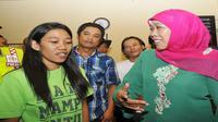 Menteri Sosial Khofifah Indar Parawansa menyerahkan Paket bantuan Rp 90 juta bagi pengembangan layanan rehabilitasi lembaga AKSI NTB, korban penyalahgunaan narkoba di Pusat Edukasi dan Rehabilitasi Narkoba, Lombok, NTB, Rabu (25/3/2015).