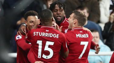 Striker Liverpool Divock Origi (kedua kanan) berselebrasi dengan rekan-rekannya usai mencetak gol ke gawang Newcastle United pada pertandingan lanjutan Liga Inggris di St James 'Park (4/5/2019). Gol Origi menjadi penentu kemenangan Liverpool atas Newcastle dengan skor 3-2. (Reuters/Scott Heppell)