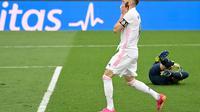 Ekspresi striker Real Madrid, Karim Benzema, saat gagal memanfaatkan peluang menghadapi Villarreal pada laga La Liga di Estadio Alfredo Di Stefano, Sabtu (22/5/2021). (AFP/Javier Soriano)