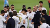 Pelatih Real Madrid Zinedine Zidane berbicara kepada para pemainnya saat menghadapi Valencia pada pertandingan La Liga Spanyol di Estadio Alfredo Di Stefano, Madrid, Spanyol, Kamis (18/6/2020). Real Madrid menang 3-0 lewat dua gol Karim Benzema dan satu gol Marco Asensio. (AP Photo Manu Fernandez)