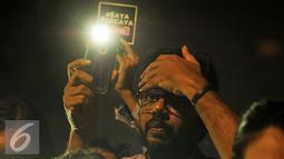 Haris Azhar berorasi saat melakukan aksi solidaritas #MelawanGelap di Jakarta, Jumat (5/8). Haris Azhar telah mengungkap testimoni bandar narkoba Freddy Budiman mengenai dugaan keterlibatan oknum-oknum TNI, Polri dan BNN. (Liputan6.com/Gempur M Surya)