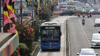 Bus Transjakarta melintas di kawasan Sudirman, Jakarta, Rabu (11/7). Pemprov DKI menyiapkan 1.500 bus Transjakarta untuk mendukung mobilitas warga, atlet, offisial, hingga jurnalis peliput pertandingan Asian Games di Jakarta. (Liputan6.com/Faizal Fanani)