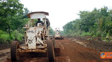Citizen6, Kongo: Saat ini jalan Dungu-Duru berada dalam kondisi rusak parah dan harus segera direhabilitasi. Mengingat saat ini banyak pasukan MONUSCO yang ditempatkan di Duru dan membutuhkan suplay logistik dari Dungu. (Pengirim: Badarudin Bakri)