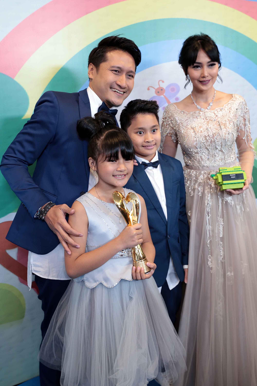 Arie K. Untung dan keluarga. (Deki Prayoga/bintang.com)
