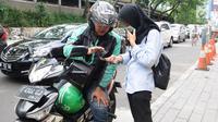 Pengemudi ojek online menerima penumpang di Jakarta, Selasa (19/3). Kementerian Perhubungan (Kemenhub) memastikan aturan ojek online sudah ditandatangani pada 11 Maret 2019. (Liputan6.com/Herman Zakharia)