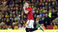 Gelandang Manchester United, Scott McTominay, melakukan selebrasi usai membobol gawang Norwich City pada laga Premier League 2019 Stadion Carrow Road, Norwich, Minggu (27/10). Manchester United menang 3-1 atas Norwich City. (AP/Joe Gidden)