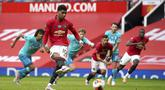 Pemain Manchester United Marcus Rashford mencetak gol lewat tendangan penalti saat menghadapi Bournemouth pada pertandingan Premier League di Stadion Old Trafford, Manchester, Inggris, Sabtu (4/7/2020). Manchester United menang 5-2 atas Bournemouth. (Dave Thompson/Pool via AP)