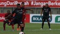Striker Madura United, Alberto Goncalves melakukan eksekusi penalti yag berbuah gol ke gawang Madura United dalam laga Grup C Piala Menporga matchday ke-3 Grup B Piala Menpora 2021 di Stadion Kanjuruhan, Malang, Rabu (31/3/2021). (Bola.com/M Iqbal Ichsan)