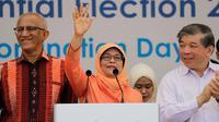 Halimah Yacob melambaikan tangan saat menyapa pendukungnya usai memberikan pidato di Singapura, Rabu (13/9). Halimah Yacob nantinya akan menggantikan posisi Tony Tan, yang telah 6 tahun menjabat sebagai presiden negara tersebut. (AP Photo/Wong Maye-E)