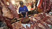 Pedagang memotong daging sapi di Pasar Senen, Jakarta, Senin (25/1). Peraturan Pemerintah yang membebankan pajak 10% untuk setiap penjualan sapi impor berdampak pada naiknya harga daging sapi di sejumlah pasar tradisional. (Liputan6.com/Immanuel Antonius)