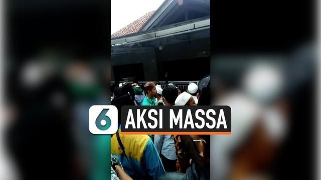 Polda Jatim membernarkan video viral aksi solidaritas terhadap Rizieq Shihab oleh sekelompok massa di depan kediaman ibunda Menkopolhukam Mahfud MD di Pamekasan, Jawa Timur. Saat ini pemeriksaan masih dilakukan terhadap dua pengunjuk rasa yang terlib...