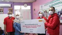 Indosat Ooredoo bersama BenihBaik.com menyerahkan donasi #RamadanBangkitBersama yang digalang melalui BenihBaik.com (Foto: Indosat Ooredoo).