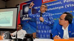 "Wakil Ketua Umum DPP PAN, Didik J Rachbini (tengah), saat menjadi pembicara dalam diskusi yang bertajuk ""Krisis Ekonomi, Pengangguran dan Solusinya (Visi Pan)"" di Kantor DPP PAN, Jakarta, Rabu (9/9/2015). (Liputan6.com/Andrian M Tunay)"