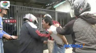 Seorang pria Palembang sembunyikan ganja di mulut saat dirinya tertangkap beli narkoba oleh Polres Kalidoni.