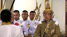 Maha Vajiralongkorn ketika dinobatkan sebagai Raja Thailand dengan gelar Rama X dari Dinasti Chakri di Istana Negara, Bangkok, Sabtu (4/5/2019). Sang raja baru Thailand ini tampak mengenakan mahkota berlapis emas seberat tujuh kilogram lebih. (Photo by Thai TV Pool /Thai Tv Pool/AFP)