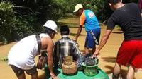 Warga korban banjir Konawe Utara yang mencari penyedia gas LPG 3 kilogram di tengah banjir.(Liputan6.com/Ahmad Akbar Fua)