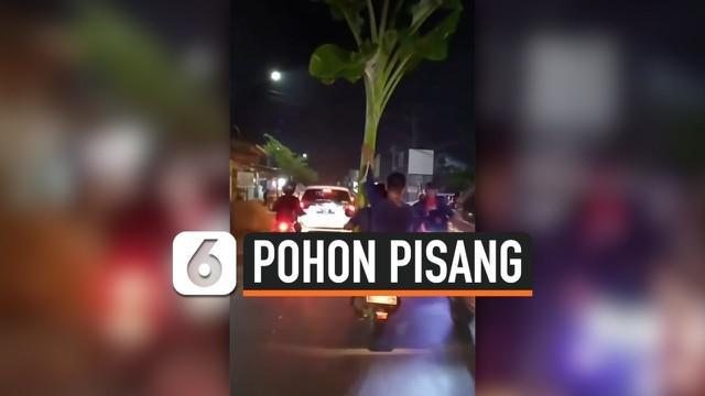 Viral video dua orang pria berboncengan motor membawa pohon pisang. Video ini sontak mengundang komentar warganet.