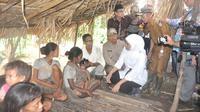 Saat masih menjabat sebagai Menteri Sosial, Khofifah Indar Parawansa beberapa kali berkunjung ke Jambi untuk bertemu dengan warga Suku Anak Dalam atau Orang Rimba Jambi. (Liputan6.com/B Santoso)