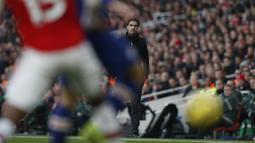 Pelatih Arsenal Mikel Arteta melihat pemainnya bertanding melawan Chelsea pada pertandingan lanjutan Liga Inggris di  Stadion Emirates, London (29/12/2019). Arsenal kalah tipis atas Chelsea 1-2. (AFP Photo/Adrian Dennis)