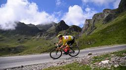 Pembalap asal Slovenia ini berhasil meraih tiga kali juara etape di etape kelima yaitu dari Change menuju Laval Espace Mayenne, etape ke-17 yaitu dari Muret menuju Saint-Lary-Soulan Col Du Portet, dan ke-18 yaitu dari Pau menuju Luz Ardiden. (Foto: AFP/Anne-Christine Poujoulat)