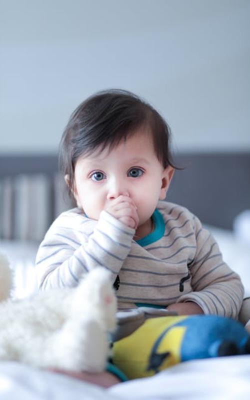 Bayi menghisap jempol adalah hal yang wajar/copyright pexels.com/Sidharth Sircar