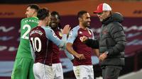 Pelatih Liverpool, Jurgen Klopp memberikan selamat kepada pemain Aston Villa. The Reds kalah 2-7, Senin (5/10/2020) dini hari WIB. (RUI VIEIRA / POOL / AFP)