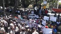 Demonstrasi memprotes pencemaran abu batu bara PLTU Cilacap. (Foto: Liputan6.com/ Bagus Ginanjar untuk Muhamad Ridlo)