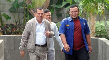 Mantan anggota DPR periode 2009-2014, Chairuman Harahap berjalan menuju Gedung KPK, Jakarta, Senin (24/6/2019). Politikus Partai Golkar tersebut diperiksa sebagai saksi untuk tersangka Markus Nari dalam kasus dugaan korupsi proyek e-KTP. (merdeka.com/Dwi Narwoko)