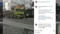 Detik-Detik Bocah Coba Hadang Truk Hingga Kakinya Terlindas (Instagram)