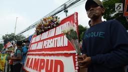 Massa melakukan aksi damai save KPU di depan Kantor Komisi Pemilihan Umum (KPU), Jakarta, Selasa (21/5/2019). Dalam aksinya mereka menyerukan pentingnya menjaga persatuan. (merdeka.com/Imam Buhori)