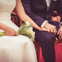 Tak perlu bingung-bingung mencari biaya untuk pesta pernikahan, sesuaikan saja dengan tabungan yang kamu punya. (Foto: pexels.com)
