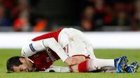 Gelandang Arsenal Henrikh Mkhitaryan cedera saat melawan CSKA Moscow pada pertandingan Liga Eropa di stadion Emirates, London (5/4). Pada pertandingan ini Arsenal tampil mendominasi sejak awal sampai akhir. (AFP Photo / Ian Kington)