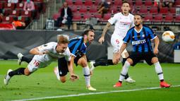 Penyerang Sevilla, Luuk de Jong mencetak gol pembuka untuk timnya ke gawang Inter Milan pada pertandingan Final Liga Europa di Stadion Rhein Energie, Sabtu (22/8/2020) dini hari. Sevilla menjadi juara Liga Europa setelah menang dengan skor 3-2. (Wolfgang Rattay/Pool via AP)