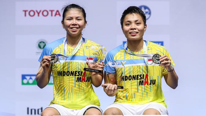 Ganda putri Indonesia Greysia Polii / Apriyani Rahayu menerima hadiah usai menjuarai Yonex Thailand Open 2021 yang berlangsung di Impact Arena, Bangkok, Minggu (17/1/2021).. (foto: BWF-limited acces)