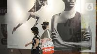 Pengunjung berjalan di AEON Mall setelah kembali dibuka untuk umum di BSD City, Kabupaten Tangerang, Banten, Kamis (13/8/2020). Aeon Mall  BSD City kembali dibuka, Kamis (13/8) pagi setelah bersama Pemkab Tangerang melakukan kegiatan sterilisasi dan disinfeksi. (merdeka.com/Dwi Narwoko)