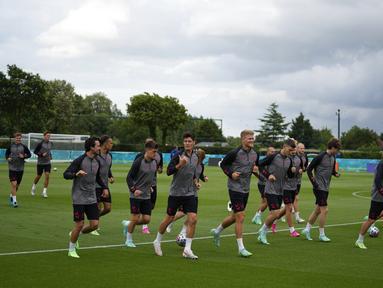 Para pemain Denmark melakukan pemanasan untuk sesi latihan tim di tempat latihan Tottenham Hotspur di London, Selasa (6/7/2021). Denmark akan bertanding melawan Inggris pada babak semifinal Euro 2020 di Stadion Wembley, Inggris. (AP Photo/Thanassis Stavrakis)