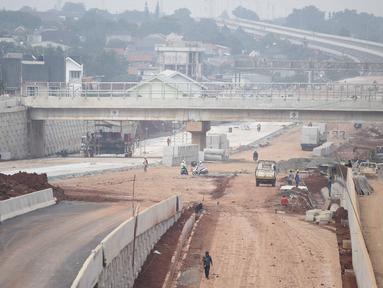 Suasana pembangunan proyek Tol Depok - Antasari (Desari) di kawasan Cilandak, Jakarta, Kamis (19/4). Saat ini pengerjaan dari pembangunan proyek Tol Desari sudah mencapai 98 persen. (Liputan6.com/Faizal Fanani)