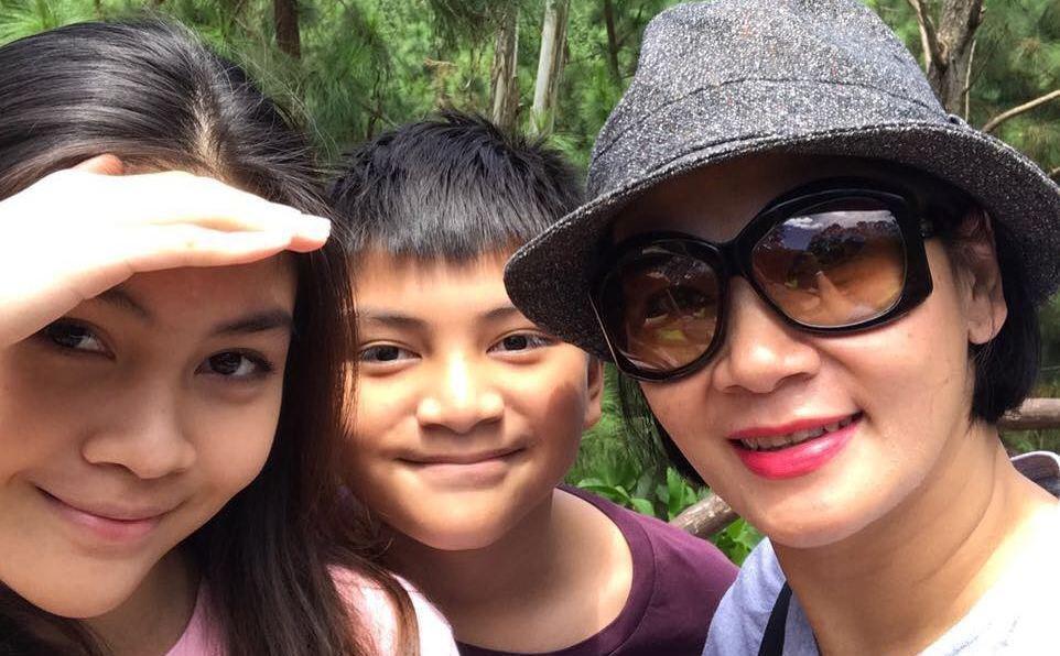 Dian Nitami dan kedua anaknya.