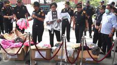 Menteri Keuangan, Sri Mulyani mengamati barang tekstil selundupan di Jakarta, Rabu (3/5). Direktorat Jenderal Bea dan Cukai (DJBC) Kementerian Keuangan berhasil membongkar pelanggaran ekspor tekstil oleh PT SPL di Bandung. (Liputan6.com/Angga Yuniar)