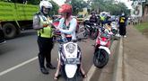 Polisi memeriksa surat kendaraan saat razia di kawasan BSD, Tangerang Selatan, Banten, Kamis (23/1/2020). Polres Tangerang Selatan menggelar razia untuk meningkatkan tertib berlalu lintas, disiplin kendaraan, dan mempersempit gerak pelaku kejahatan jalanan. (merdeka.com/Arie Basuki)