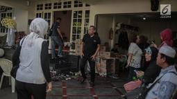 Komedian Tukul Arwana melayat jenazah istri Indro Warkop, Nita Octobijanthy di rumah duka kawasan Pulo Mas, Jakarta, Rabu (10/10). Istri Indro Warkop meninggal dunia setelah berjuang melawan kanker paru-paru stadium 4. (Liputan6.com/Faizal Fanani)